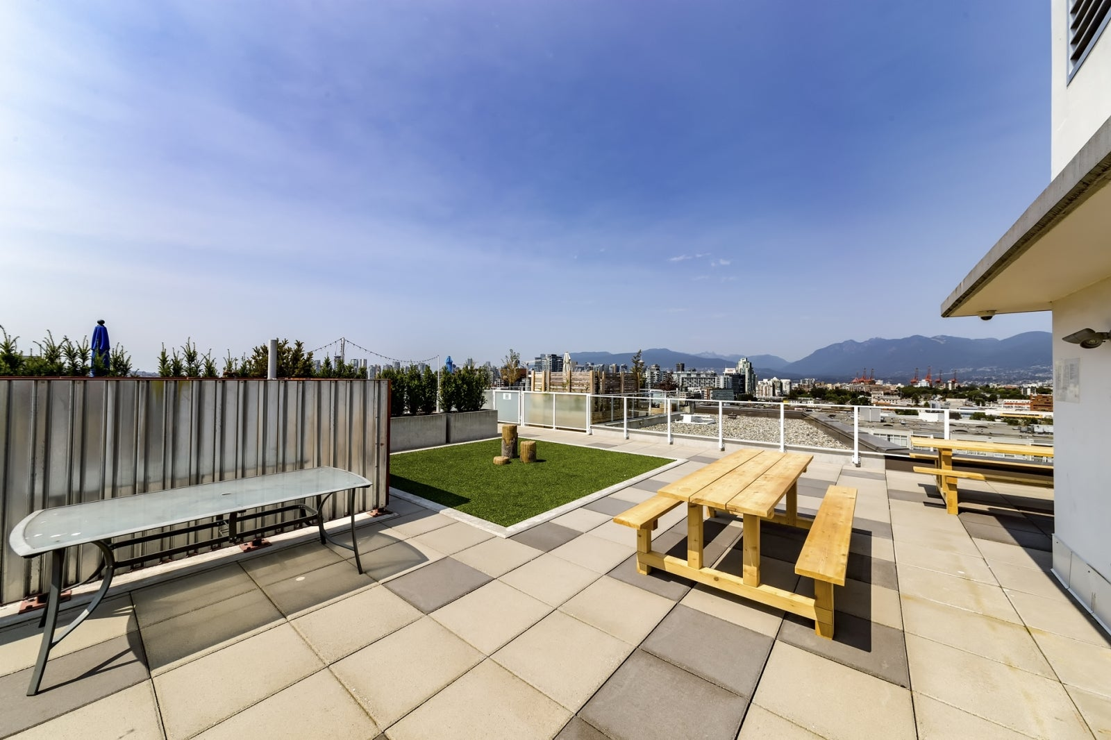 405 311 E 6TH ST - Rooftop Deck